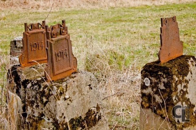 Przeniesione z cmentarza postumenty z fragmentami krzyży