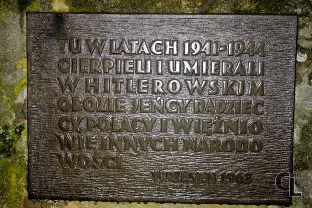 Tablica na pamiątkowym kamieni ustawionym na placu przed szkołą w Szebniach