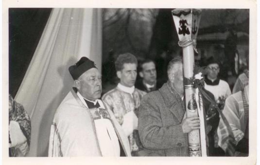 Ksiądz proboszcz Józef Opioła i ks. katecheta Marek Krupa witają Matkę Najświętszą - 1970 r. - Szebnie Obóz pracy przymusowej