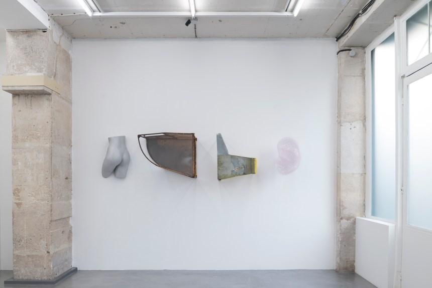 Guillaume Leblon, Coke, mangemerde et suspicions, 2017, Aluminium, steel, plexiglass, hand blown opal glass. Courtesy: gallery Jocelyn Wolff, Paris. Photo credit: Francois Doury.