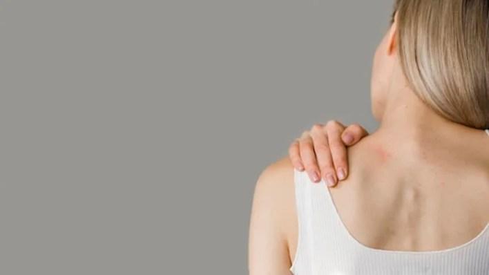 femme vue de dos qui a mal au dos, cbd et douleur