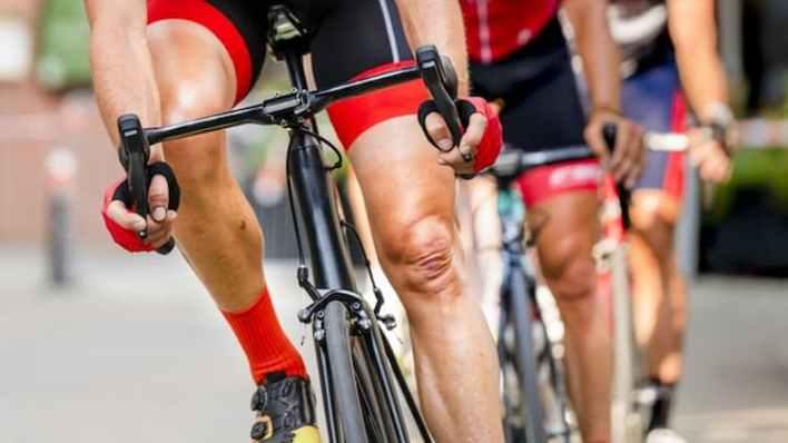 trois cyclistes en pleine course, cbd et sport