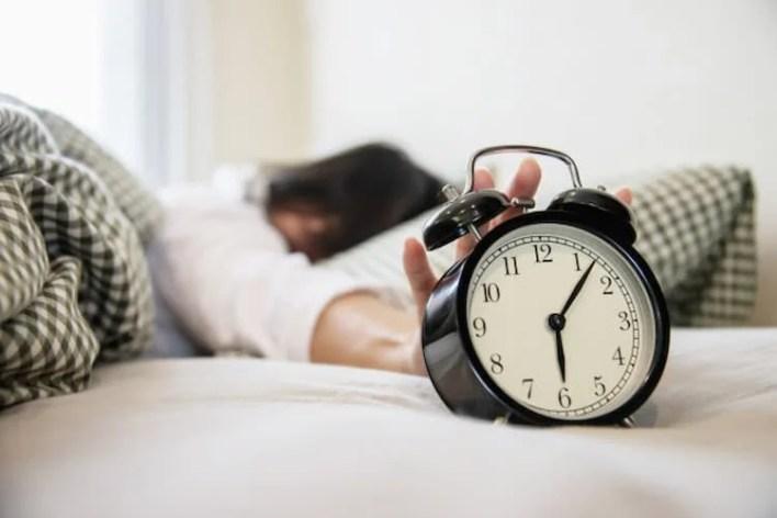 femme au réveil qui souffre de trouble du sommeil, cbd et trouble du sommeil