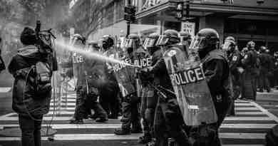 Polizei mit Wasserwerfer