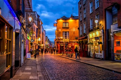 stock-photo-temple-bar-district-in-dublin-at-night-10090495320