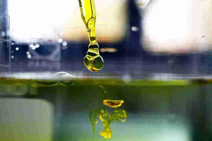 cannabis-oil-1_custom-881bdbfcbcaf15b3b9356c19b98b05c41fb25ea7-s1100-c15