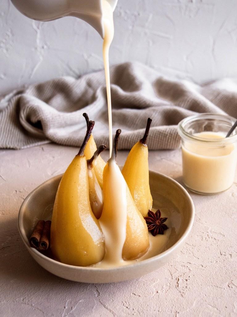 Poires pochées aux épices et caramel beurre salé