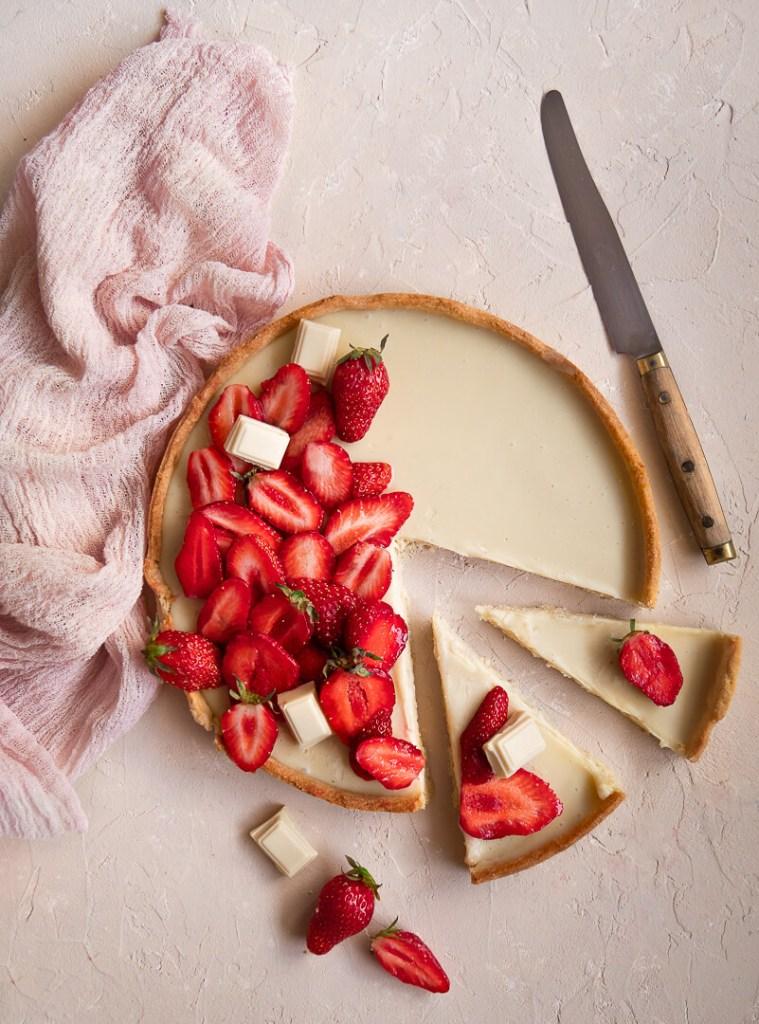 Découpe de tarte chocolat blanc et fraises
