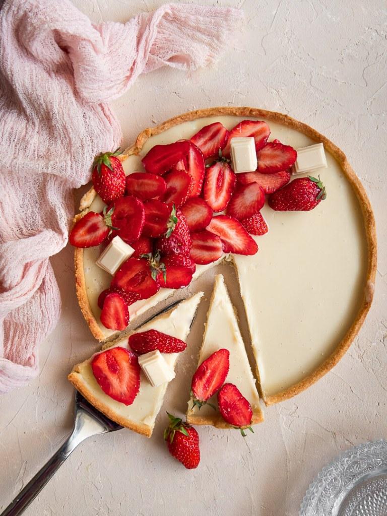 Parts de tarte aux fraises et chocolat blanc