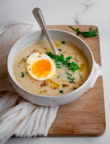 bol de velouté d'asperges blanches et œuf mollet
