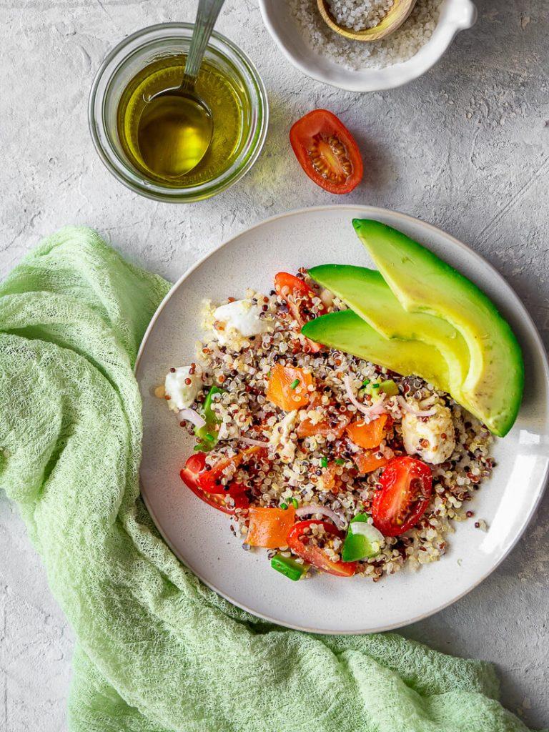 assiette de salade quinoa avocat et truite