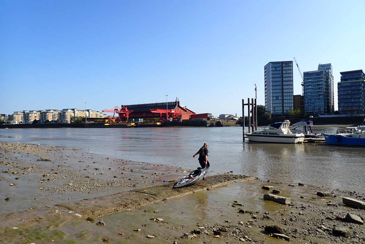 Broomhouse slipway. A kayaker pulls their boat towards the River Thames.