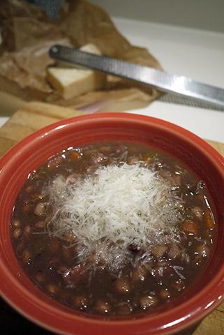 赤ワインとレンズ豆とベーコンのスープ