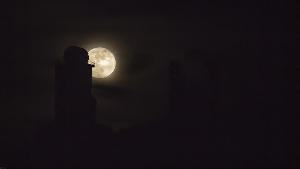 Luna saliendo tras el observatorio de Izaña