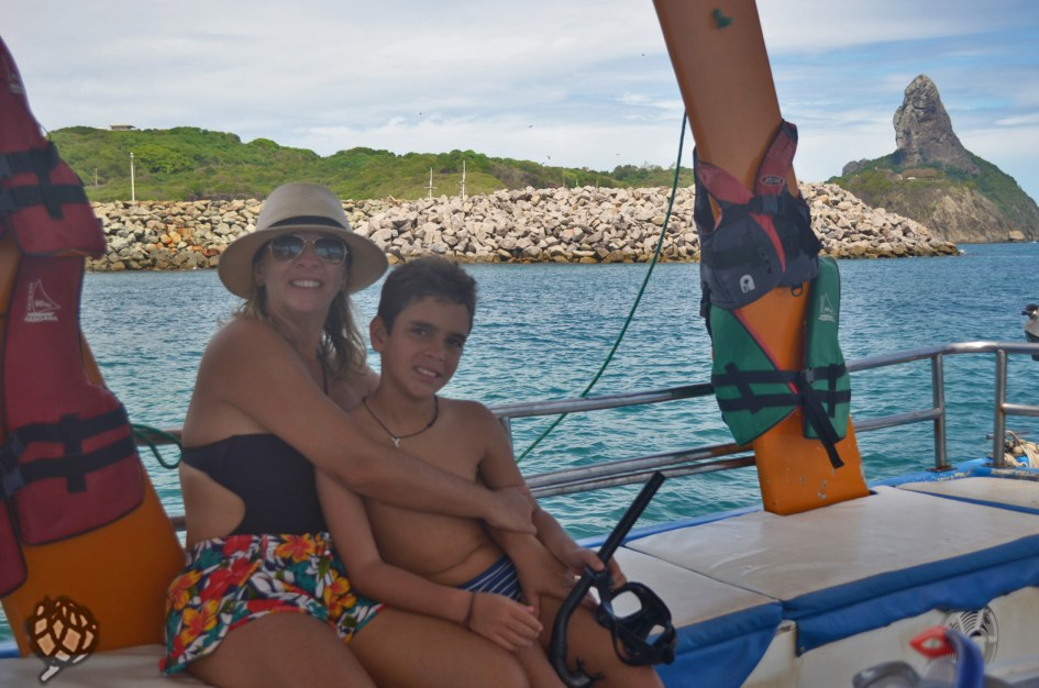 Eu e Arthur barco em Fernando de Noronha