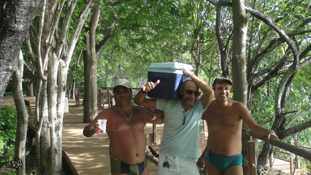homens com cooler