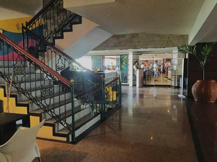 Ao lado dessa escada fica o balcão de turismo e lá ao fundo, a porte de vidro de acesso ao restaurante