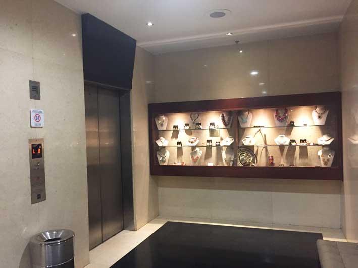 Hotel-perto-do-aeroporto-em-Bogota-hall-elevador