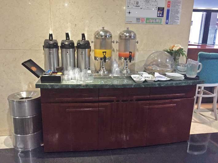 Hotel-perto-do-aeroporto-em-Bogota-mesa-cafe