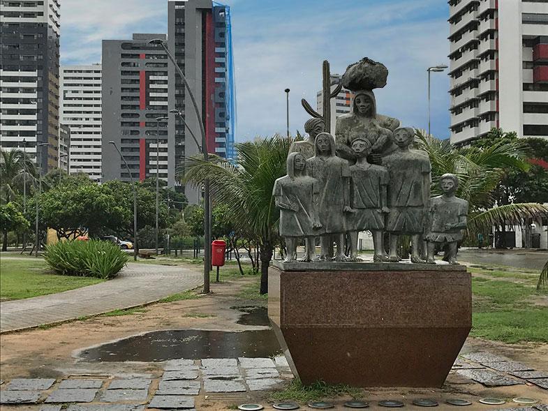 Estátua na entada do Parque Dona Lindu