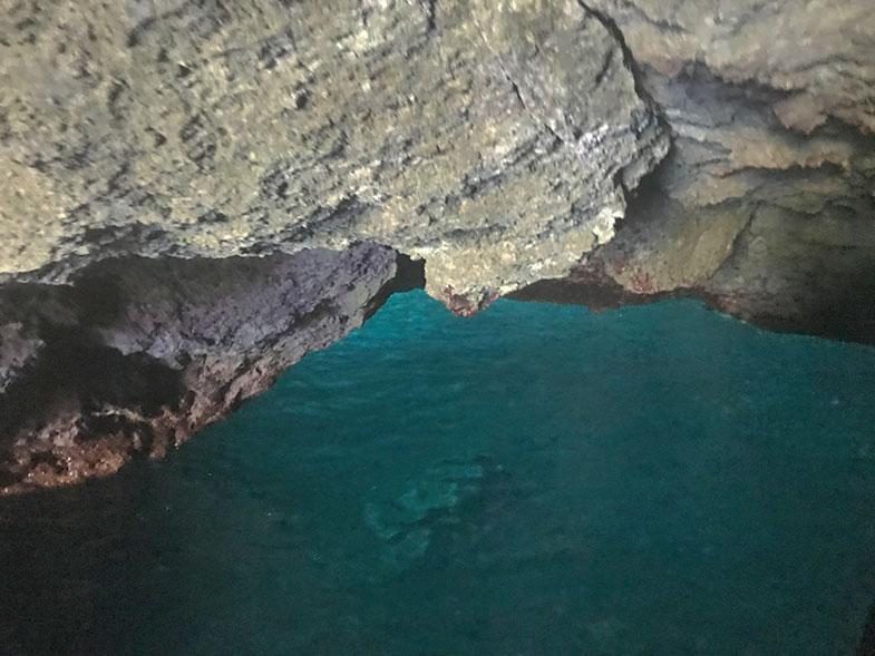 Interior de uma caverna em Kleftiko