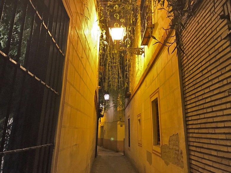 Rua do hotel no centro histórico de Sevilha