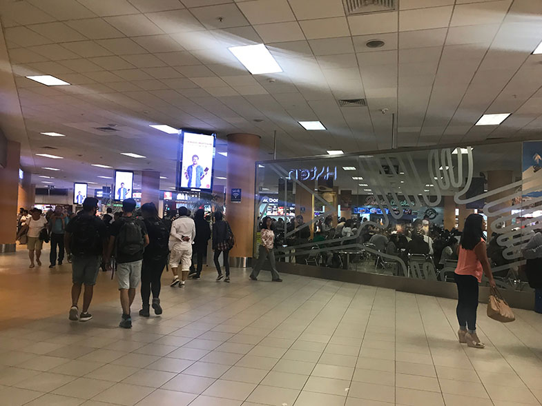 Praça de alimentação do aeroporto de Lima
