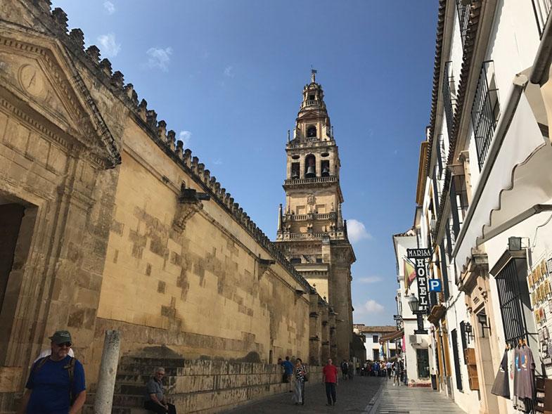 Rua lateral da Mesquita de Córdoba