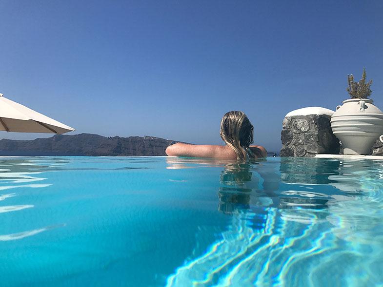 Piscina no hotel em Santorini