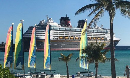 Parada do Disney Wonder na ilha particular da Disney
