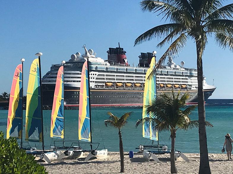 Parada do Disney Wonder na ilha particular da Disney