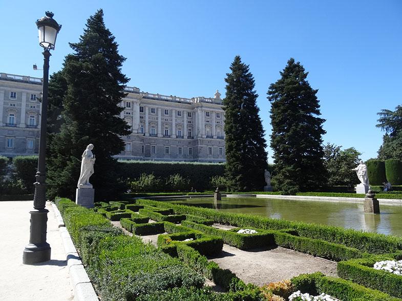 Palácio Real de Madrid visto do jardim
