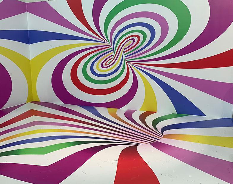 Vimos reproduções de quadros e pôsteres de artistas todos feitos com doces e emoldurados que poderiam estar na parede de qualquer casa. Esculturas que pareciam ser feitas de ceras de tão perfeitas, mas eram de balas, confetes, chocolates e variados tipos de doces.
