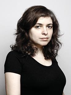 Foto da escritora Mariana Enriquez. Fundo branco.