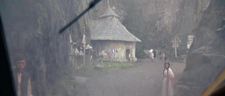 Visão de uma vila rural no meio de falésias, na Romênia.