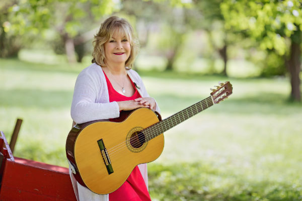 Cantor Lisa Levine with guitar