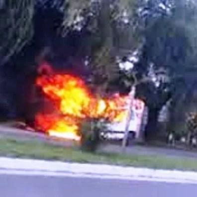 Cañuelas espectacular Incendio de una camioneta en Av. Del Carmen al 2300.