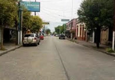 Edesur, están paseando las escaleras por el centro de Cañuelas y la gente sin energía eléctrica.