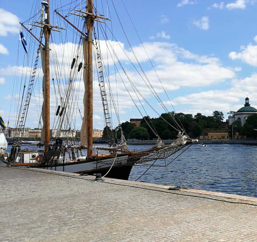 Stockholm Sweden luncg på Skeppsbron,utsikt mot Skeppsholmen, Segelbåt, Stefan Lindblad illustratör
