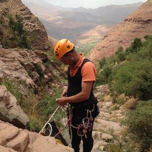 Mise en sécurité avant le début d'un rappel durant le canyon de Tazitounte.