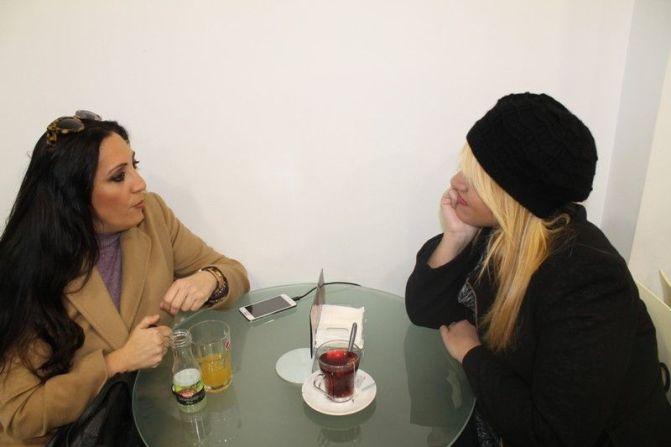 Ana del Corral y Rosario Troncoso comparten un café durante la entrevista.