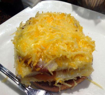 Pastel de salmón, pulpo, piña y alioli napado con tres quesos (Bar Zamora)