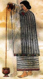 Grabado maya de una mujer vertiendo chocolate (Museo del chocolate de Astorga).