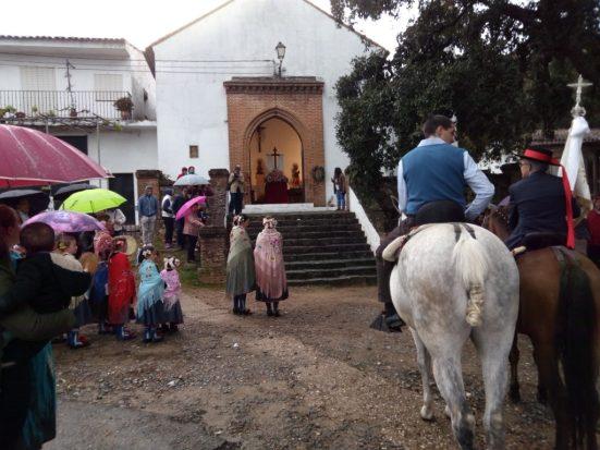 Entregando el romero en la ermita de Aguafría.