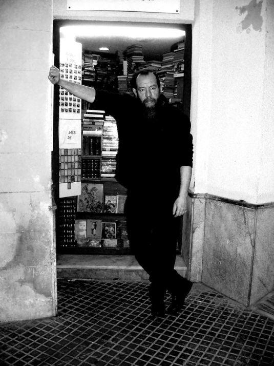 Chencho Ríos en la puerta de su librería.