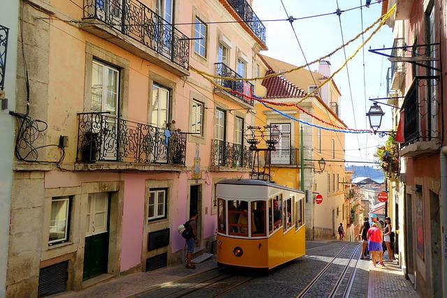 Una colorida calle del barrio de Alfama.