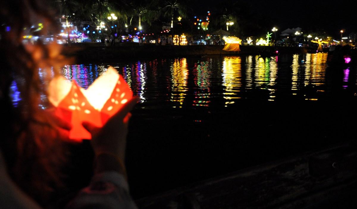 J+239 Une lanterne déposée sur la rivière Thu Bon !
