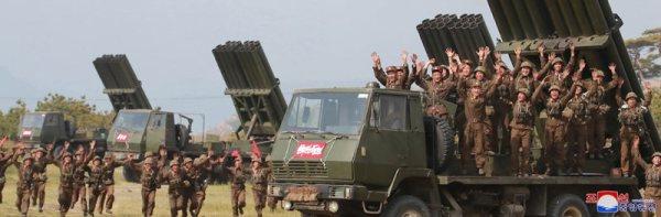 soldados del Ejército Popular de Corea celebrando el éxito del ejercicio