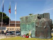 Estátua de Pina Manique, da autoria do escultor casapiano Helder Batista (1990)