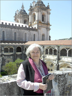 Maria Máxima Vaz no Claustro do Silêncio do Mosteiro de Alcobaça mandado construir D. Dinis - Capeia Arraiana